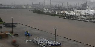 Some US Gulf refineries under water, some threatened by Hurricane Harvey